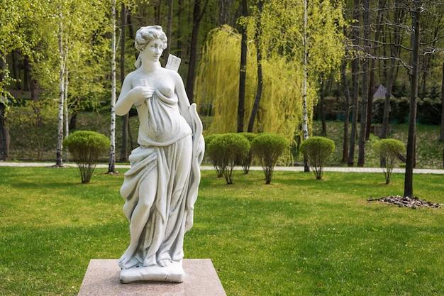 Скульптура артемиды в парке
