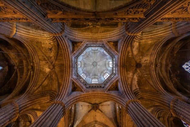스페인 바르셀로나 대성당의 예술적인 고딕 천장