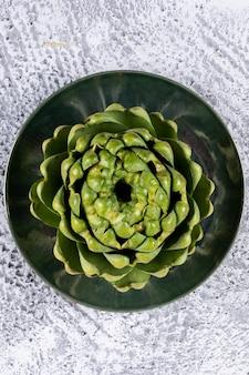 ライトグレーの皿にアーティチョーク。上面図。