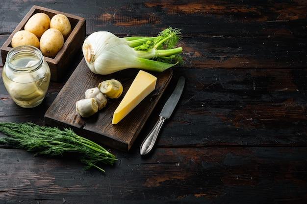 Артишок с ингредиентами фенхеля, картофеля и пармезана, на старом деревянном столе с местом для текста