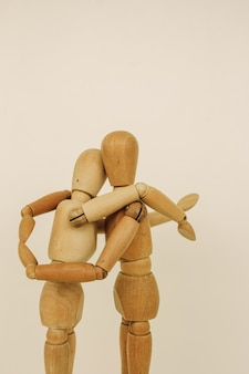 Шарнирные куклы обнимают друг друга.