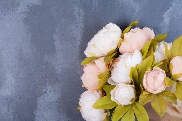 青の人工の美しい花。