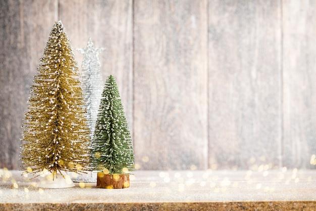 木の上の人工的なクリスマスツリー。