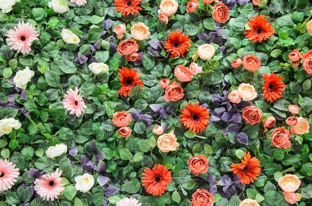 人工のカラフルな花と葉