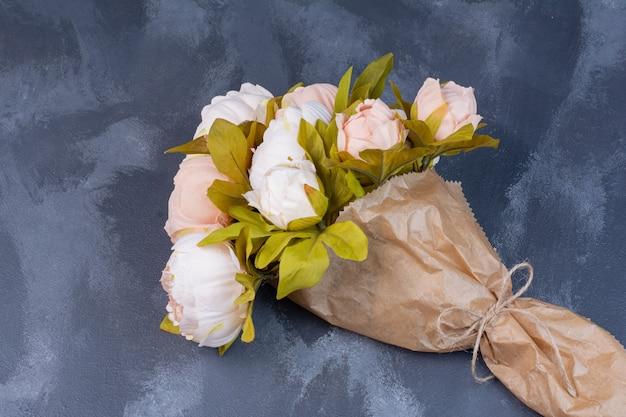 Bouquet di fiori artificiali sull'azzurro.