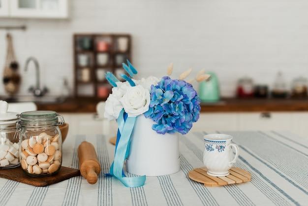 アートフラワー。贈り物としての装飾花。丸い箱の中の花。ギフトボックスの花。