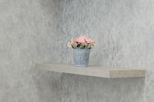 棚の上の鍋の造花、室内装飾、ミニマルな装飾