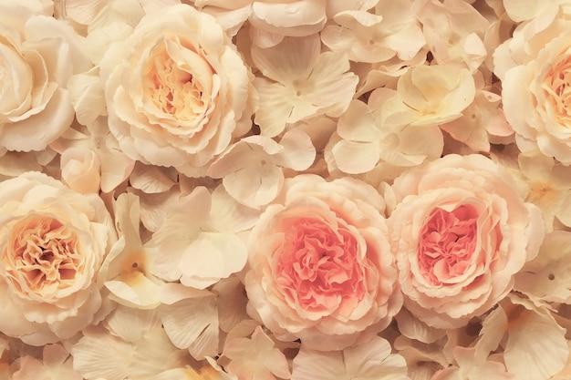 繊細なパステルカラーのキャンバスに取り付けられた生地で作られた造花