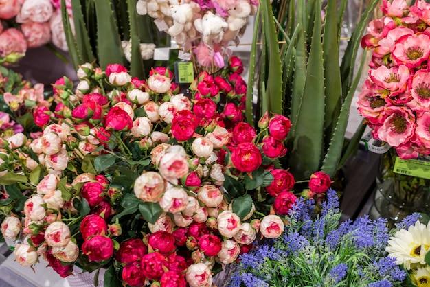인공 꽃. 가게에서 판매