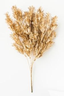 Искусственные золотые листья папоротника на белом фоне