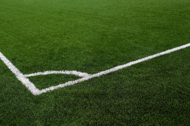 녹색 축구장에 흰색 라인 코너와 인공 잔디 축구장. 흰색 표시가있는 축구장 코너