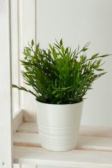 白い鍋のインテリアオブジェクトの概念の人工緑の草