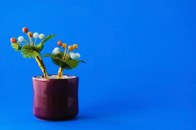 Искусственное нефритовое дерево для украшения вашего стола и подарка на синем фоне.