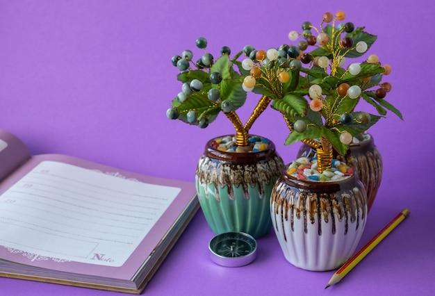 Искусственное нефритовое дерево для украшения вашего стола и подарка на фиолетовом фоне.