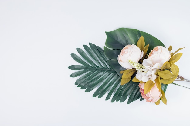 人工の葉と花の花束。