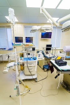 Монитор искусственной вентиляции легких в отделении интенсивной терапии. медсестра с медицинским оборудованием. вентиляция легких кислородом. covid-19 и выявление коронавируса. пандемия.