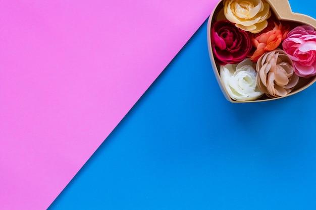Искусственная роза в коробке формы сердца