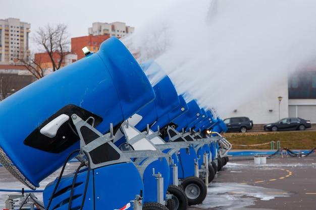 市内で雪粉を作る人工雪大砲