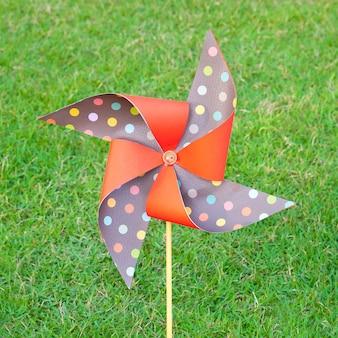 芝生に刺繍された人工風力タービンの色