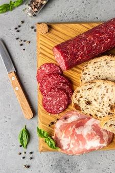 돼지 고기 소시지와 살라미 소시지를 곁들인 장인 빵.