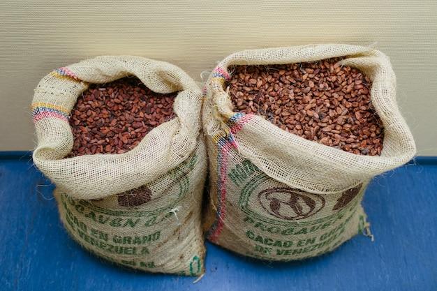Ремесленное изготовление шоколада. венесуэла био шоколадные бобы в мешках.