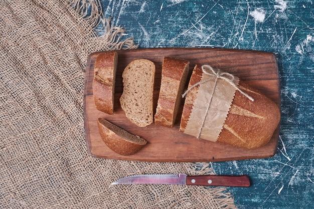 커팅 보드에 장인 어두운 빵.