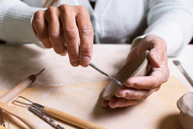 Ремесленник, делающий горшок