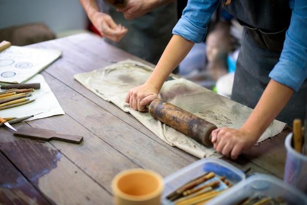 Ремесленник работает в керамической студии