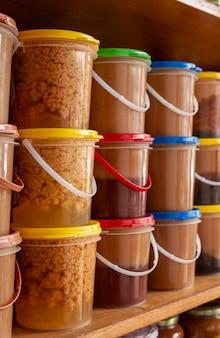 Домашние молочные конфеты в пластиковых горшках сладости бразильской кухни, которые подают в качестве десерта.