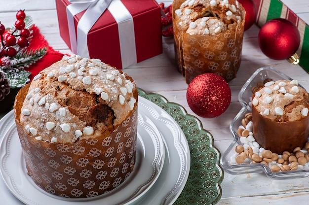 Кустарный панеттоне естественного брожения с шоколадом и каштанами. рождественский десерт.