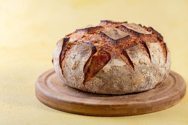 木の板にライ麦粉を加えたサワードウの職人技の小麦パン