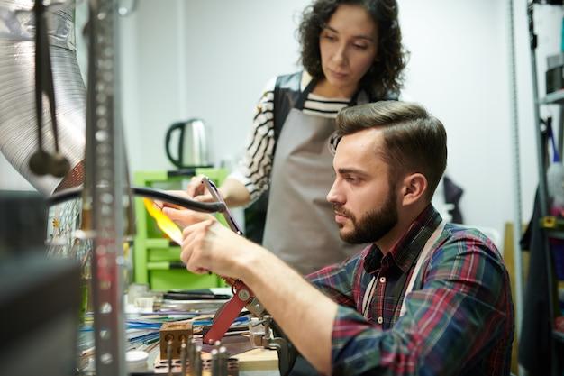 ガラス細工をしている職人