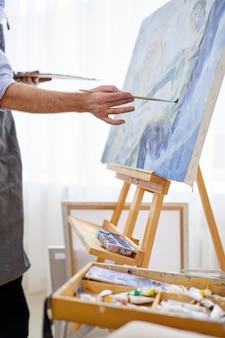 붓으로 캔버스에 그림을 그리는 작가, 상상력 넘치는 그의 마음, 작업 중 창의적인 화가