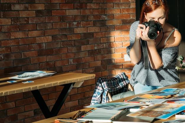 Художник-блогер. рисование и ведение блога. женщина-художник фотографирует произведения искусства