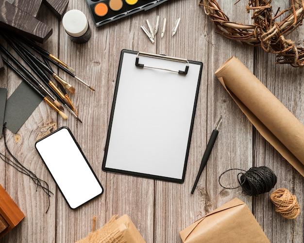 Concetto di scrivania dell'artista con lo spazio della copia