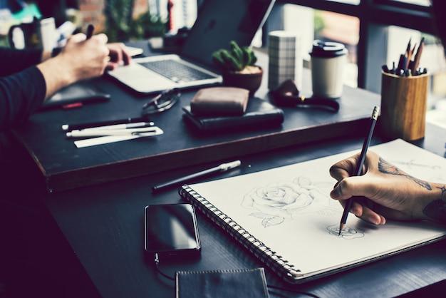 鉛筆でバラを描くアーティスト