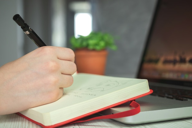 연필, 창조적 인 연필 예술, 예술적 창조적 인 작업 공간 배경 사진을 사용하여 스케치 노트북에서 그리는 아티스트