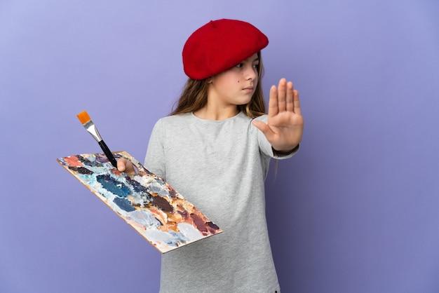 Девушка-художник на изолированном фоне делает стоп-жест и разочарована