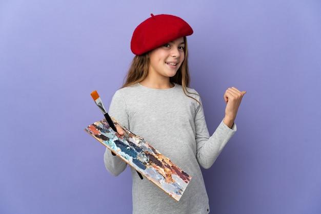 Девушка художника на изолированном фоне, указывая назад