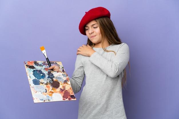 Девушка-художник над изолированной страдает от боли в плече за то, что приложила усилие