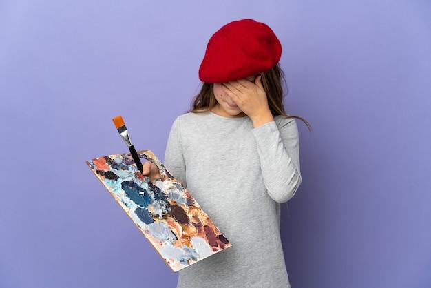 疲れて病気の表情で孤立した壁を越えてアーティストの女の子