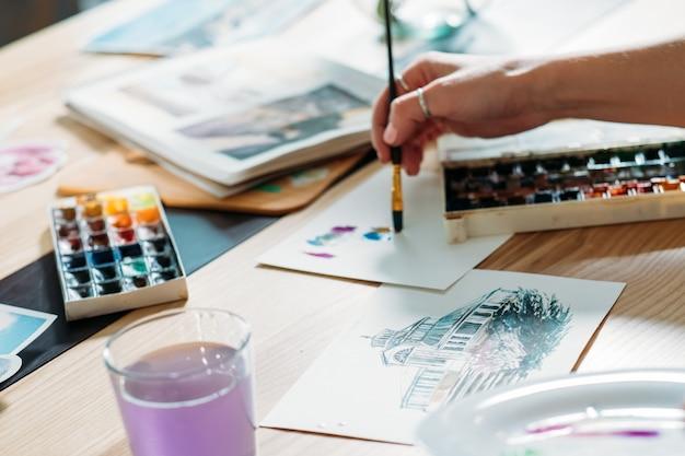アーティストのインスピレーション。水彩画のアートワークを作成します。カラーミックスブラシストロークを行う画家。