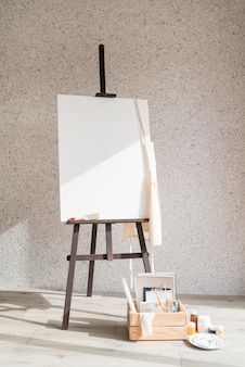 Концепция образа жизни художника с холстом