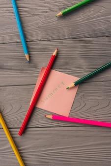 アーティストの色とりどりの鉛筆スケッチ紙カード碑文夏。黄赤青鉛筆。