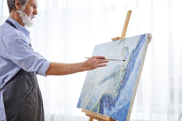 캔버스에 아티스트 화가 남자 그림 그림. 행복 한 은퇴 생활 개념