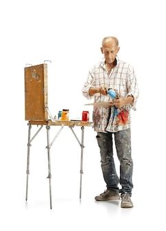 Artista pittore al lavoro isolato