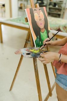 Работы художника по живописи на рабочем месте