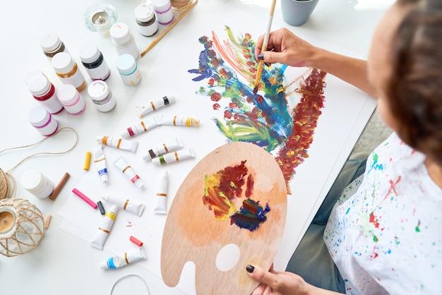 花を描くアーティスト