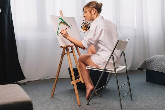 Картина художника, сидящая на стуле