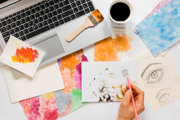 机の上のアーティストのペイントツール